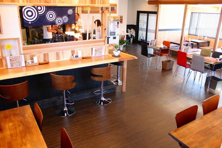 カウンターとテーブル席の広々とした造り