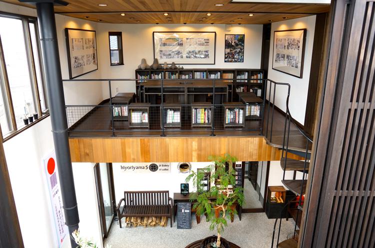お店は2階建