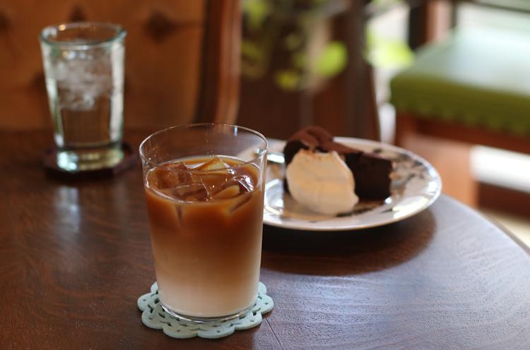 『カフェオレ(アイス)』( 648円)、 『チョコレートケーキ』(324円)