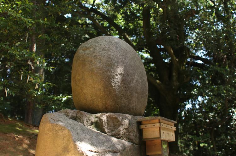拝殿裏にある御神霊石
