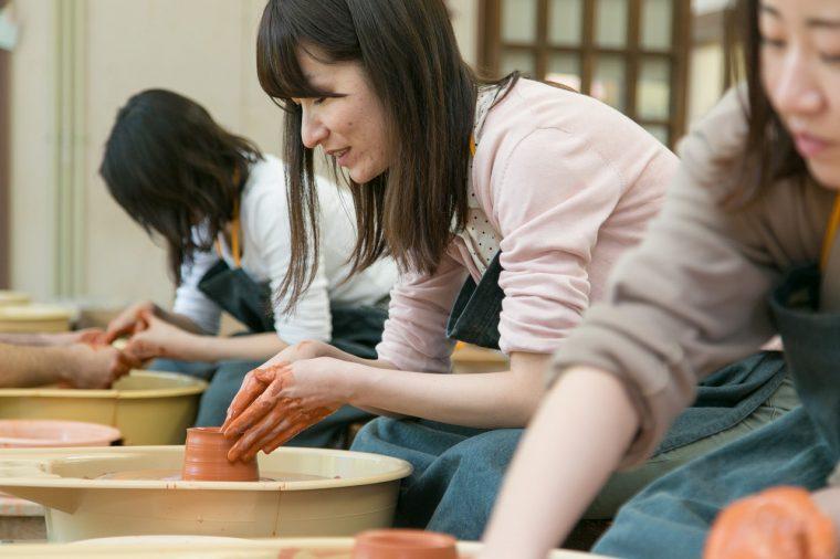 実際に陶芸体験! 佐渡の焼かれる陶器、無名異焼きをろくろで作ります