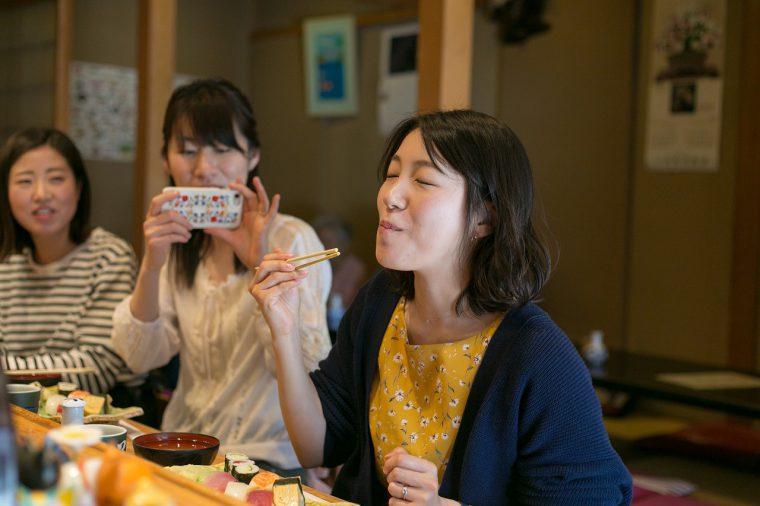 実際に食べて食レポ! おいしいお寿司を食べてこんな顔!