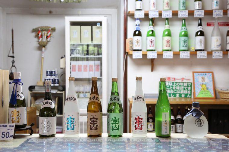 いろいろな種類の清酒を試飲、購入できる
