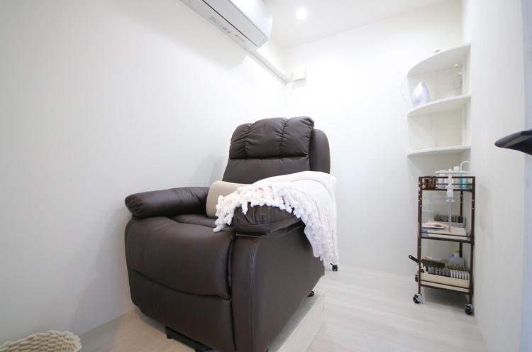 清潔感ある個室でマツエクの施術を行なう