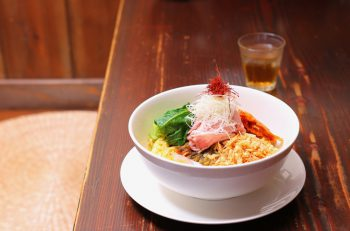 ニンニク香る甘辛ダレがもちもち麺に絡む! 龍馬軒の夏の人気麺|上越市