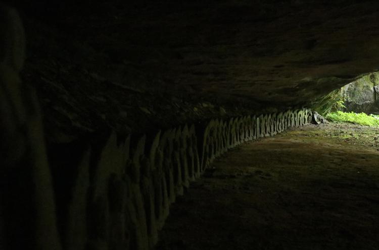 洞窟の中には百数十体の石仏が…ちょっと怖い…