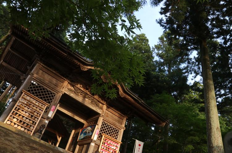多くの絵馬が奉納されている神門