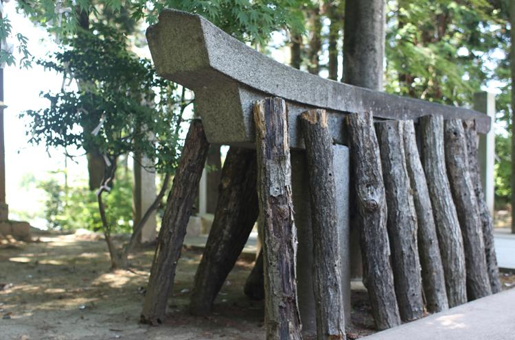 半分だけ寄贈された石の鳥居。鳥居に立てかけられた木ではシイタケが栽培さ れていました