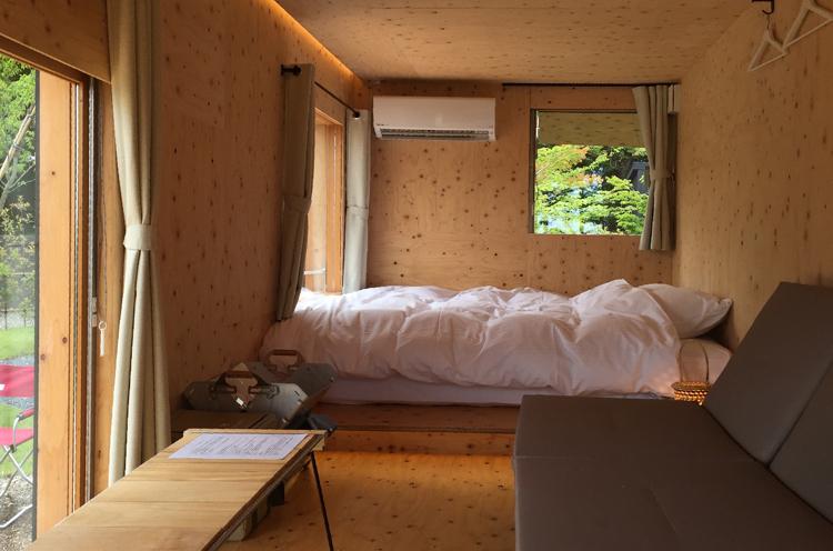 「住箱-JYUBAKO-」の部屋の中。スノーピークの調度品が設置されている