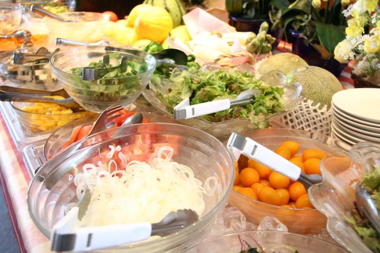 旬の野菜が満載のサラダバー