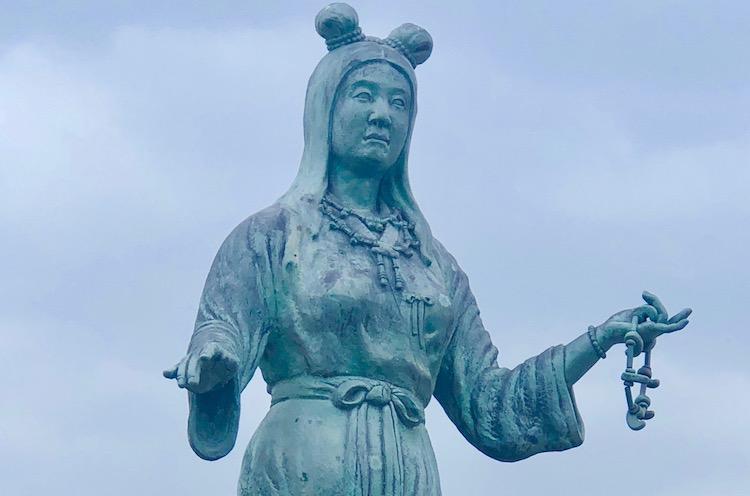 奴奈川姫の像