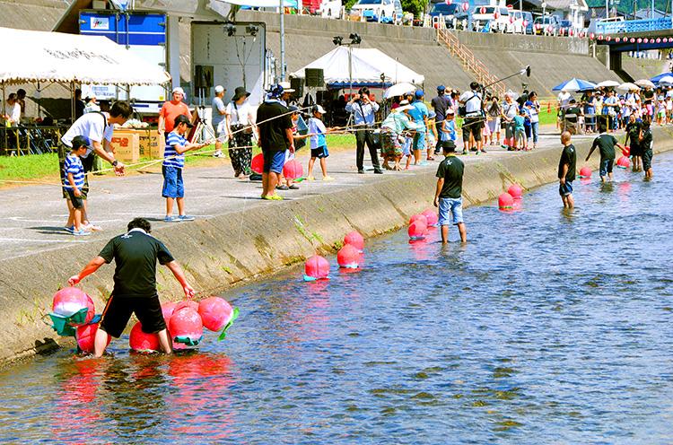 毎年大人気の「ウキウキ桃釣り大会」