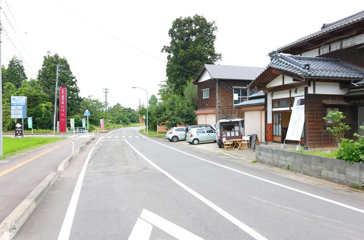 国道289号。右が「村長の家」、左奥が道の駅漢学の里しただへ向かう曲がり角