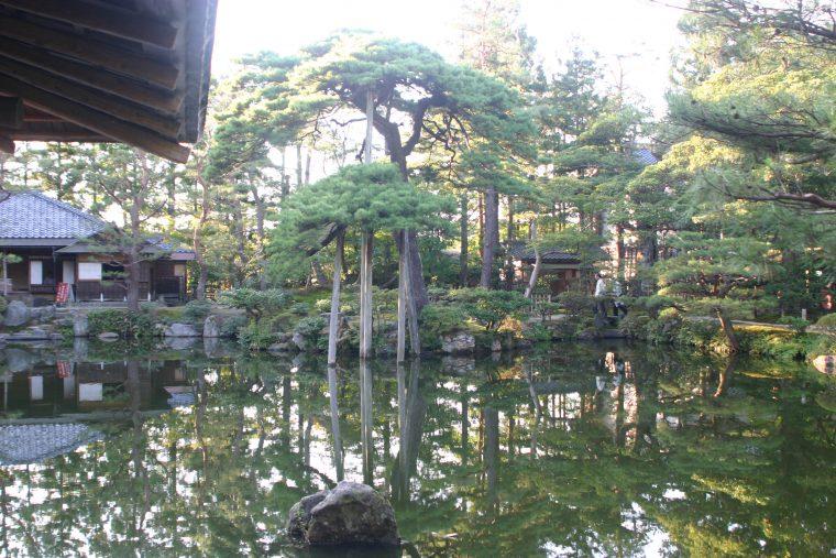 清水園。四季折々の表情をみせてくれる京風の回遊式庭園だ。