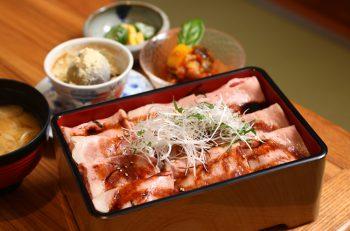温泉熱を有効活用した松之山温泉の名物「湯治豚(とうじぶた)」を存分に味わえる絶品ランチ