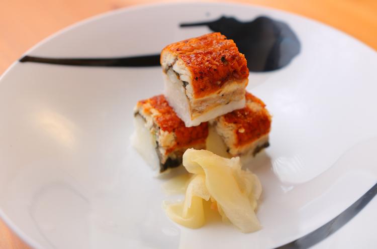 ウナギのお寿司。一口で頂ける上品なサイズだ