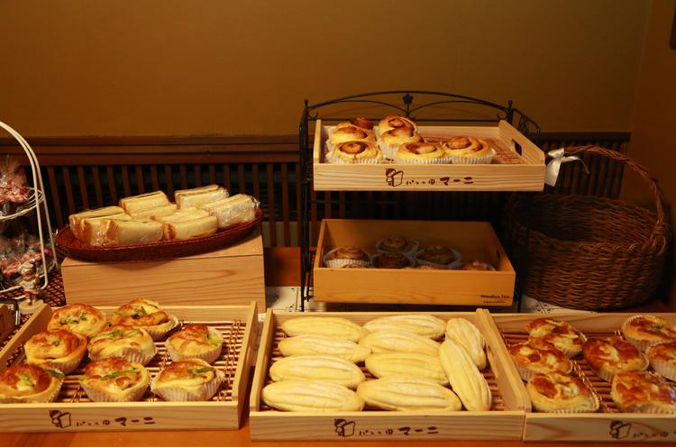 食パンのほかにも菓子パンや総菜パンも販売しています。