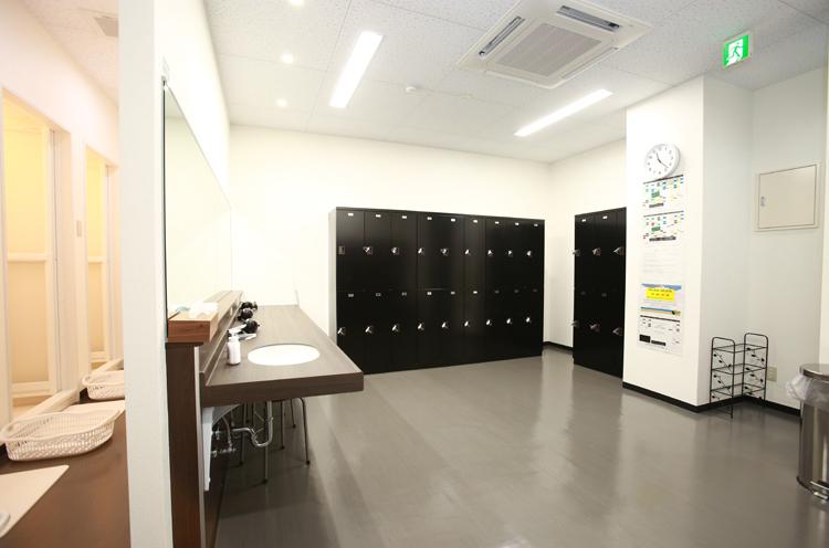清潔感のある広い更衣室。