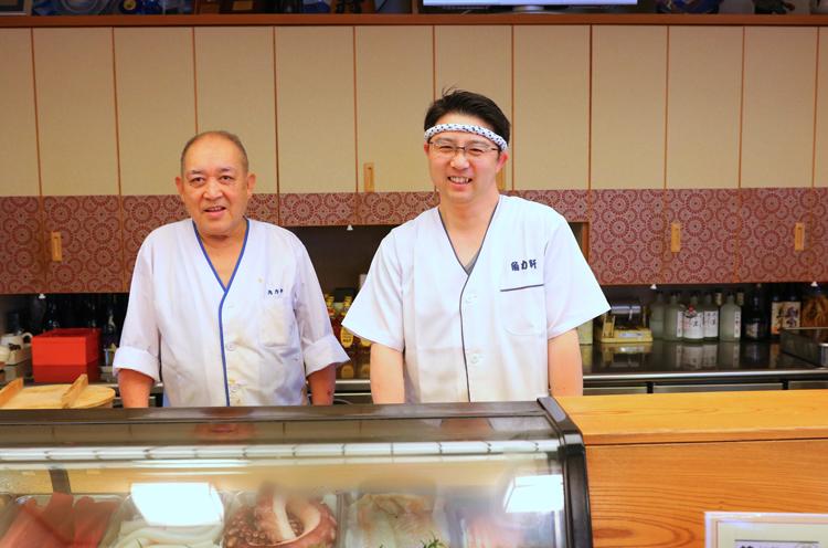 3代目の布川幸弘さん(左) とすしを握る慎一さん(右)