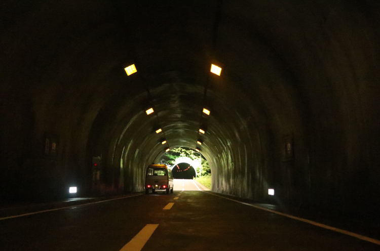 レアンドロ・エルリッヒ『トンネル』。停まっている車に近づくと…