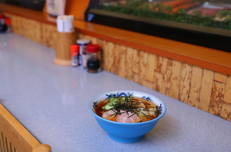 角力軒の名物『丼冷やしラーメン』。青い丼も涼しげでいいですね