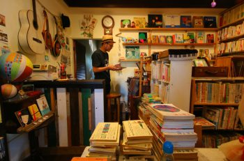 隠れ家のような古本店で、文学的な気分に染まる