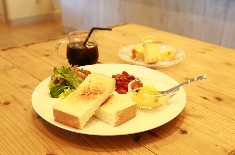 手前はランチメニューの『トースト』(サラダ、デザート、ドリンク付き648 円)、奥は『オレンジパウンドケーキ』(540 円)