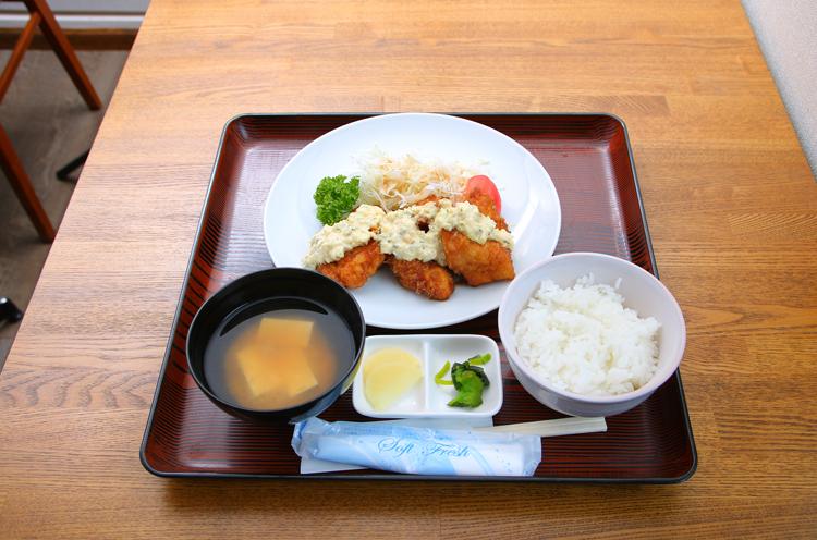 ママは『鶏南 蛮タルタルソース定食』 (700円)をオーダー