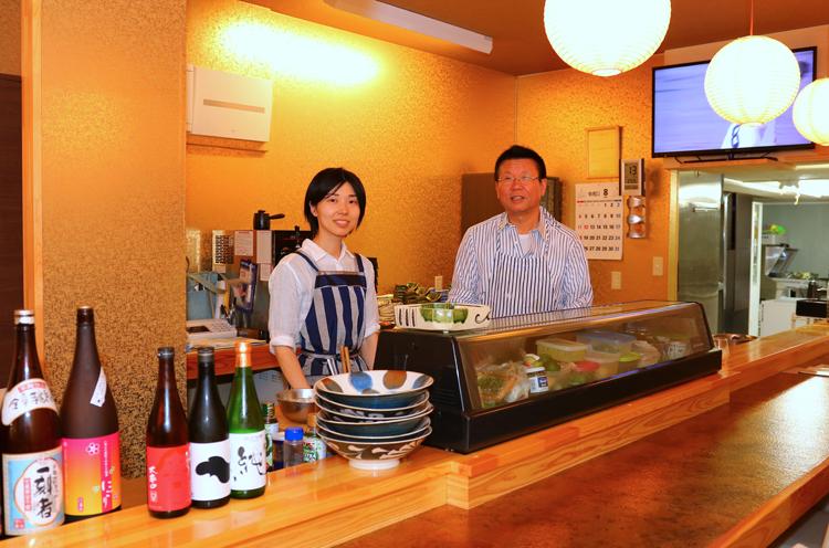 亭主の原田充郎(写真右)さんとお弟子の間未沙子さん(写真左)。お二人はお店始めるのと同時に縁もゆかりもない燕市に移住してきたのだとか。