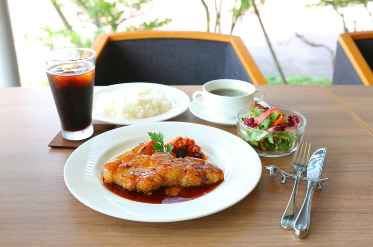 『生姜焼きランチ』(1,458円)。ライス、サラダ、スープ、ドリンク付き