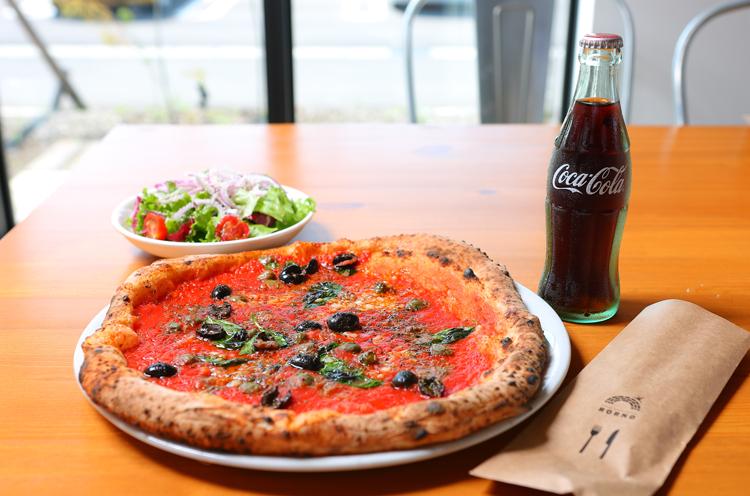 『トマトベース シチリアーナ』は単品は1,274円。 写真はランチのサラダ、ドリンクセット