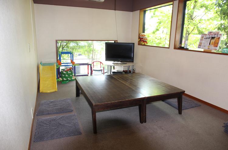 小さな子連れもゆったりできる個室も完備している。