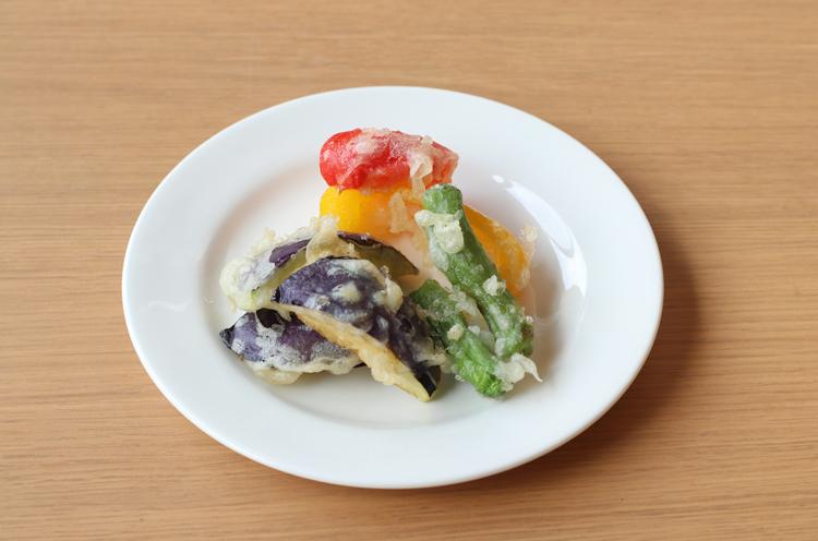 季節野菜の天ぷら。色鮮やかでいいですね!