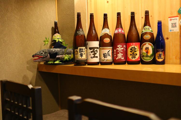 新潟の地酒も豊富。定番に加え、その都度さまざまな日本酒を入荷。料理はもちろんお酒を目当てに訪れる人も多いとか