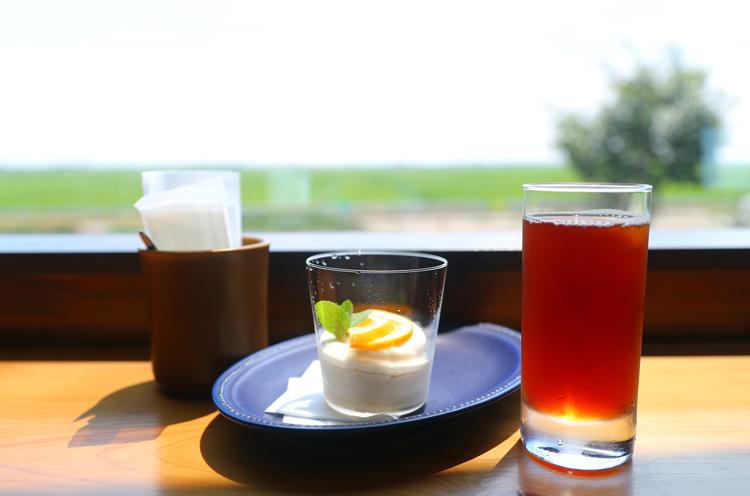 中央は『レモンのムース』。右はアイスコーヒー(450円。豆購入で1杯サービス)