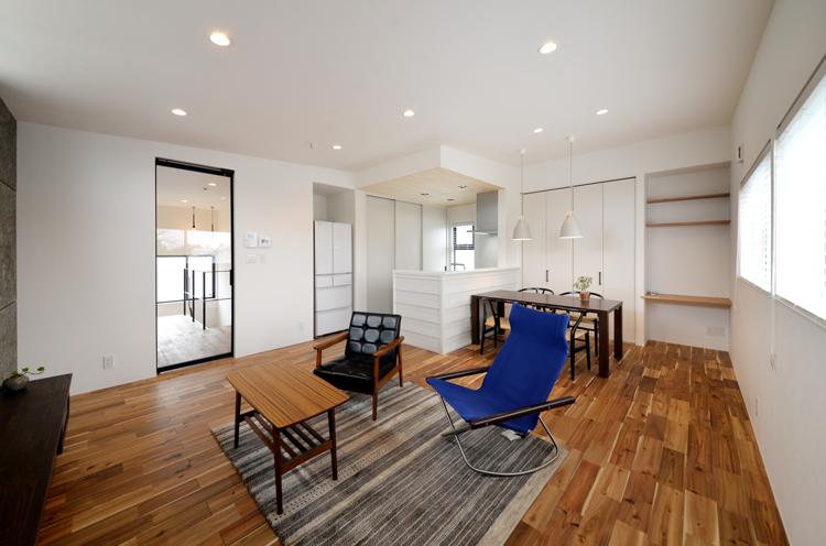 白と黒でデザインされた内観は余計なものを削りシンプルに設計。キッチンには外壁でも使うガルバリウムをアクセントにデザイン
