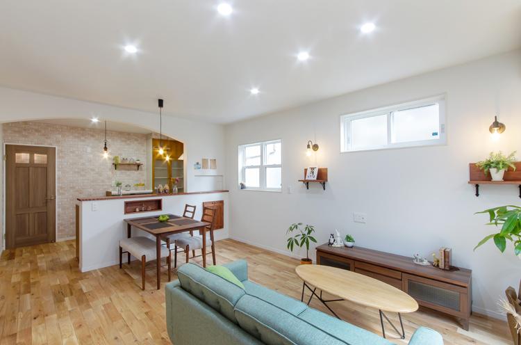 アンティークな雰囲気のLDK。風通しをよくし、部屋の中央まで明るくなるように窓を設けている。技術があるからこそできる、アーチ壁やアールを描く壁が部屋のあちこちに配されているのも特徴