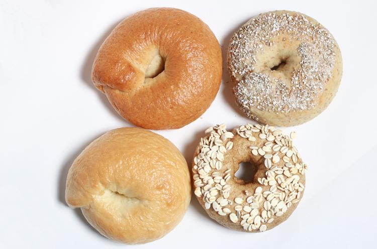 左下から時計周りに小麦粉、全粒粉、ライ麦粉、大麦粉のベーグルです