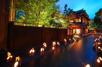 【村上市】情緒漂う城下町村上の人気イベント。竹灯籠の幻想的な灯りのなかで、演奏も楽しめる。