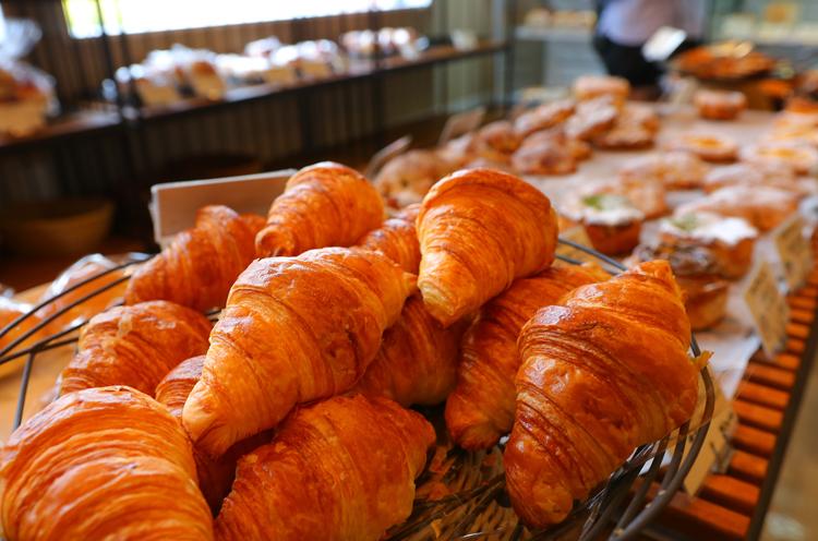 人気商品のひとつ、クロワッサン。ほかたくさんのパンが店内を埋め尽くします