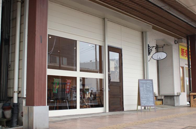 新発田駅前の商店街にある、白を基調した落ち着きのあるお店