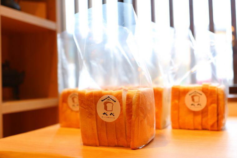 『食パン』(1斤250円税込)。一本売りは手土産に人気。袋も用意されています