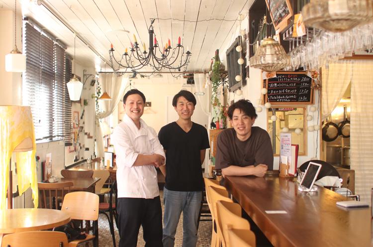 オーナーの飯濱さん(中)、店長の笹崎さん(左)、五十嵐さん(右)の3人