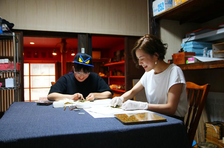 真田さんの指導のもと、笑顔を見せながらも真剣な表情で作業を進めます