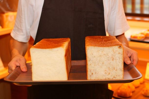 左は『食パン』、右は食物繊維豊富で、健康志向な人に人気の高い『ライ麦食パン』(1斤310円税込)