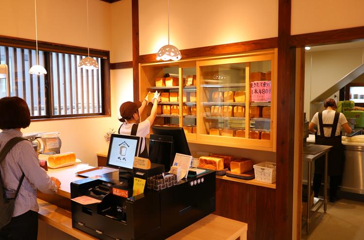 焼きあがった食パンは、厨房と売り場の間に設けられた棚に並べられますが、並んだ途端に次々売れていきます