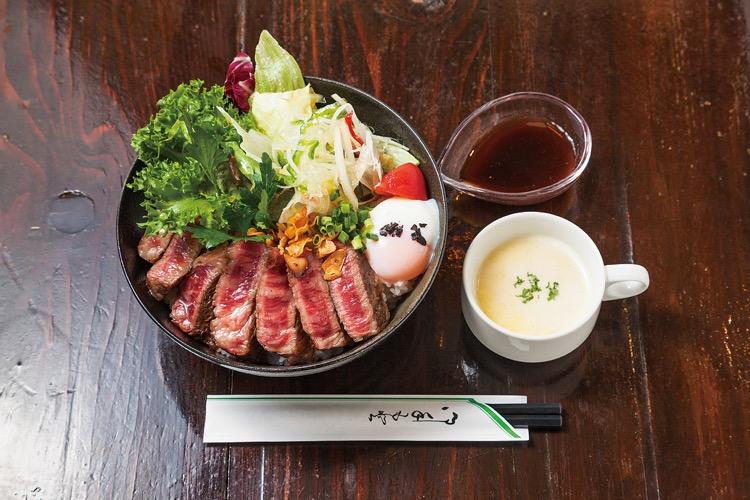 湯沢町「欧風料理ビトロー」の『国産牛のステーキサラダ丼』(1,648円/税別)