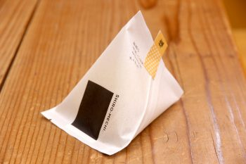 世界最薄のせんべい!? 新潟産のお米が、まんまチップスになった『しろめチ』。映えるパッケージも魅力的!