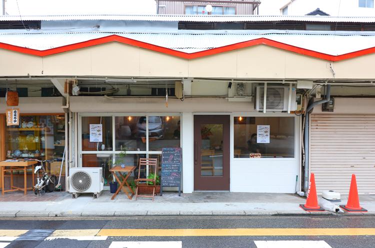 人情横丁の5番町側にお店があります。