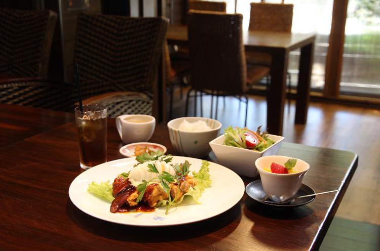 『鶏肉の甘酢ソースタルタルのせ』。写真はミニサラダ、杏仁豆腐、ドリンクがついたCセット(合計1,728円)